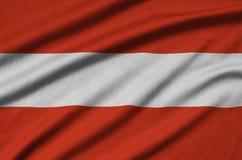 Η σημαία της Αυστρίας απεικονίζεται σε ένα ύφασμα αθλητικών υφασμάτων με πολλές πτυχές Έμβλημα αθλητικών ομάδων στοκ φωτογραφίες με δικαίωμα ελεύθερης χρήσης