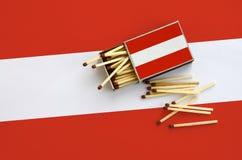 Η σημαία της Αυστρίας παρουσιάζεται σε ένα ανοικτό σπιρτόκουτο, από το οποίο διάφορες αντιστοιχίες αφορούν και βρίσκονται μια μεγ στοκ εικόνες