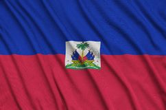 Η σημαία της Αϊτής απεικονίζεται σε ένα ύφασμα αθλητικών υφασμάτων με πολλές πτυχές Έμβλημα αθλητικών ομάδων στοκ εικόνες με δικαίωμα ελεύθερης χρήσης