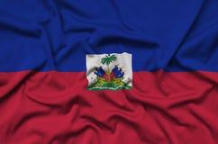 Η σημαία της Αϊτής απεικονίζεται σε ένα ύφασμα αθλητικών υφασμάτων με πολλές πτυχές Έμβλημα αθλητικών ομάδων στοκ φωτογραφίες με δικαίωμα ελεύθερης χρήσης