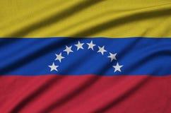 Η σημαία της Βενεζουέλας απεικονίζεται σε ένα ύφασμα αθλητικών υφασμάτων με πολλές πτυχές Έμβλημα αθλητικών ομάδων στοκ εικόνα με δικαίωμα ελεύθερης χρήσης