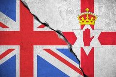 Η σημαία της βόρειας Ιρλανδίας στο σπασμένο τοίχο και η μισή σημαία της Μεγάλης Βρετανίας, δημοψήφισμα ψηφοφορίας της βόρειας Ιρλ Στοκ Φωτογραφία