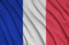 Η σημαία της Γαλλίας απεικονίζεται σε ένα ύφασμα αθλητικών υφασμάτων με πολλές πτυχές Έμβλημα αθλητικών ομάδων στοκ φωτογραφίες με δικαίωμα ελεύθερης χρήσης