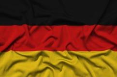 Η σημαία της Γερμανίας απεικονίζεται σε ένα ύφασμα αθλητικών υφασμάτων με πολλές πτυχές Έμβλημα αθλητικών ομάδων στοκ εικόνα με δικαίωμα ελεύθερης χρήσης