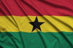 Η σημαία της Γκάνας απεικονίζεται σε ένα ύφασμα αθλητικών υφασμάτων με πολλές πτυχές Έμβλημα αθλητικών ομάδων στοκ φωτογραφία με δικαίωμα ελεύθερης χρήσης