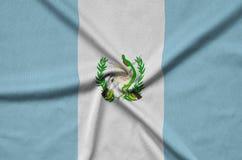 Η σημαία της Γουατεμάλα απεικονίζεται σε ένα ύφασμα αθλητικών υφασμάτων με πολλές πτυχές Έμβλημα αθλητικών ομάδων στοκ φωτογραφία με δικαίωμα ελεύθερης χρήσης