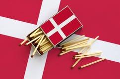 Η σημαία της Δανίας παρουσιάζεται σε ένα ανοικτό σπιρτόκουτο, από το οποίο διάφορες αντιστοιχίες αφορούν και βρίσκονται μια μεγάλ στοκ φωτογραφίες με δικαίωμα ελεύθερης χρήσης