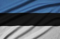 Η σημαία της Εσθονίας απεικονίζεται σε ένα ύφασμα αθλητικών υφασμάτων με πολλές πτυχές Έμβλημα αθλητικών ομάδων στοκ φωτογραφία με δικαίωμα ελεύθερης χρήσης