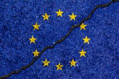 Η σημαία της Ευρωπαϊκής Ένωσης που χρωματίζεται στο ραγισμένο υπόβαθρο τοίχων/διαιρεί ελεύθερη απεικόνιση δικαιώματος