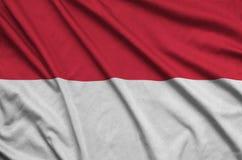 Η σημαία της Ινδονησίας απεικονίζεται σε ένα ύφασμα αθλητικών υφασμάτων με πολλές πτυχές Έμβλημα αθλητικών ομάδων στοκ εικόνες με δικαίωμα ελεύθερης χρήσης