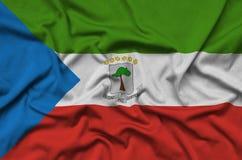 Η σημαία της Ισημερινής Γουινέας απεικονίζεται σε ένα ύφασμα αθλητικών υφασμάτων με πολλές πτυχές Έμβλημα αθλητικών ομάδων στοκ εικόνες με δικαίωμα ελεύθερης χρήσης