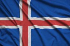 Η σημαία της Ισλανδίας απεικονίζεται σε ένα ύφασμα αθλητικών υφασμάτων με πολλές πτυχές Έμβλημα αθλητικών ομάδων στοκ φωτογραφίες με δικαίωμα ελεύθερης χρήσης