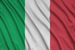 Η σημαία της Ιταλίας απεικονίζεται σε ένα ύφασμα αθλητικών υφασμάτων με πολλές πτυχές Έμβλημα αθλητικών ομάδων στοκ εικόνες