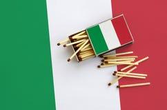 Η σημαία της Ιταλίας παρουσιάζεται σε ένα ανοικτό σπιρτόκουτο, από το οποίο διάφορες αντιστοιχίες αφορούν και βρίσκονται μια μεγά στοκ φωτογραφίες
