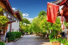 Η σημαία της Κίνας (κόκκινη σημαία με πέντε χρυσά αστέρια) σε Lijiang Στοκ Φωτογραφίες