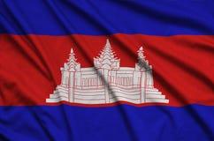 Η σημαία της Καμπότζης απεικονίζεται σε ένα ύφασμα αθλητικών υφασμάτων με πολλές πτυχές Έμβλημα αθλητικών ομάδων στοκ εικόνες με δικαίωμα ελεύθερης χρήσης