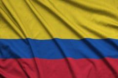 Η σημαία της Κολομβίας απεικονίζεται σε ένα ύφασμα αθλητικών υφασμάτων με πολλές πτυχές Έμβλημα αθλητικών ομάδων στοκ φωτογραφία