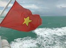 Η σημαία της κόκκινης σημαίας του Βιετνάμ με ένα χρυσό αστέρι που κυματίζει στο τέλος σκαφών ` s στη θάλασσα, Βιετνάμ Στοκ φωτογραφίες με δικαίωμα ελεύθερης χρήσης