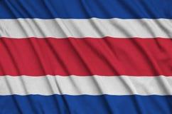 Η σημαία της Κόστα Ρίκα απεικονίζεται σε ένα ύφασμα αθλητικών υφασμάτων με πολλές πτυχές Έμβλημα αθλητικών ομάδων στοκ φωτογραφία