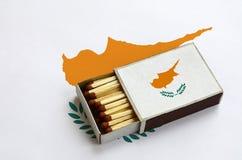 Η σημαία της Κύπρου παρουσιάζεται σε ένα ανοικτό σπιρτόκουτο, το οποίο γεμίζουν με τις αντιστοιχίες και βρίσκεται σε μια μεγάλη σ στοκ εικόνες