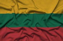 Η σημαία της Λιθουανίας απεικονίζεται σε ένα ύφασμα αθλητικών υφασμάτων με πολλές πτυχές Έμβλημα αθλητικών ομάδων στοκ φωτογραφία με δικαίωμα ελεύθερης χρήσης
