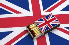 Η σημαία της Μεγάλης Βρετανίας παρουσιάζεται σε ένα ανοικτό σπιρτόκουτο, το οποίο γεμίζουν με τις αντιστοιχίες και βρίσκεται σε μ στοκ φωτογραφίες με δικαίωμα ελεύθερης χρήσης