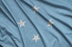 Η σημαία της Μικρονησίας απεικονίζεται σε ένα ύφασμα αθλητικών υφασμάτων με πολλές πτυχές Έμβλημα αθλητικών ομάδων στοκ εικόνες