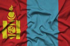 Η σημαία της Μογγολίας απεικονίζεται σε ένα ύφασμα αθλητικών υφασμάτων με πολλές πτυχές Έμβλημα αθλητικών ομάδων στοκ φωτογραφία με δικαίωμα ελεύθερης χρήσης