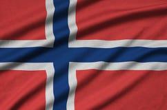 Η σημαία της Νορβηγίας απεικονίζεται σε ένα ύφασμα αθλητικών υφασμάτων με πολλές πτυχές Έμβλημα αθλητικών ομάδων στοκ εικόνες με δικαίωμα ελεύθερης χρήσης