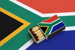 Η σημαία της Νότιας Αφρικής παρουσιάζεται σε ένα ανοικτό σπιρτόκουτο, το οποίο γεμίζουν με τις αντιστοιχίες και βρίσκεται σε μια  στοκ φωτογραφία με δικαίωμα ελεύθερης χρήσης