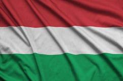 Η σημαία της Ουγγαρίας απεικονίζεται σε ένα ύφασμα αθλητικών υφασμάτων με πολλές πτυχές Έμβλημα αθλητικών ομάδων στοκ φωτογραφία με δικαίωμα ελεύθερης χρήσης