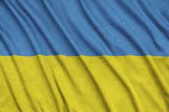 Η σημαία της Ουκρανίας απεικονίζεται σε ένα ύφασμα αθλητικών υφασμάτων με πολλές πτυχές Έμβλημα αθλητικών ομάδων στοκ εικόνα με δικαίωμα ελεύθερης χρήσης