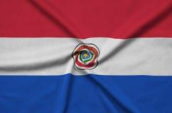 Η σημαία της Παραγουάης απεικονίζεται σε ένα ύφασμα αθλητικών υφασμάτων με πολλές πτυχές Έμβλημα αθλητικών ομάδων στοκ εικόνες με δικαίωμα ελεύθερης χρήσης