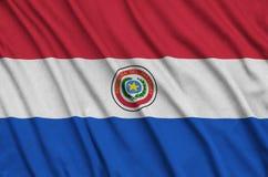 Η σημαία της Παραγουάης απεικονίζεται σε ένα ύφασμα αθλητικών υφασμάτων με πολλές πτυχές Έμβλημα αθλητικών ομάδων στοκ εικόνες