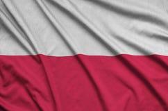 Η σημαία της Πολωνίας απεικονίζεται σε ένα ύφασμα αθλητικών υφασμάτων με πολλές πτυχές Έμβλημα αθλητικών ομάδων στοκ εικόνα με δικαίωμα ελεύθερης χρήσης