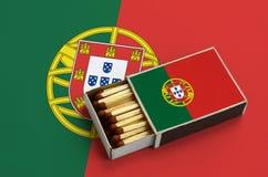 Η σημαία της Πορτογαλίας παρουσιάζεται σε ένα ανοικτό σπιρτόκουτο, το οποίο γεμίζουν με τις αντιστοιχίες και βρίσκεται σε μια μεγ στοκ φωτογραφία