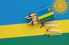 Η σημαία της Ρουάντα παρουσιάζεται σε ένα ανοικτό σπιρτόκουτο, από το οποίο διάφορες αντιστοιχίες αφορούν και βρίσκονται μια μεγά στοκ φωτογραφίες