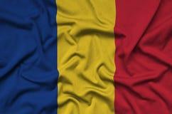 Η σημαία της Ρουμανίας απεικονίζεται σε ένα ύφασμα αθλητικών υφασμάτων με πολλές πτυχές Έμβλημα αθλητικών ομάδων στοκ φωτογραφία με δικαίωμα ελεύθερης χρήσης
