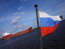 Η σημαία της Ρωσίας κυματίζει στον αέρα Η σημαία τίθεται στο σκάφος και αναπτύσσεται από τον αέρα στοκ φωτογραφία με δικαίωμα ελεύθερης χρήσης