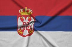 Η σημαία της Σερβίας απεικονίζεται σε ένα ύφασμα αθλητικών υφασμάτων με πολλές πτυχές Έμβλημα αθλητικών ομάδων στοκ φωτογραφίες