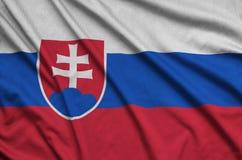 Η σημαία της Σλοβακίας απεικονίζεται σε ένα ύφασμα αθλητικών υφασμάτων με πολλές πτυχές Έμβλημα αθλητικών ομάδων στοκ εικόνες με δικαίωμα ελεύθερης χρήσης