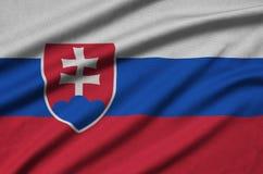 Η σημαία της Σλοβακίας απεικονίζεται σε ένα ύφασμα αθλητικών υφασμάτων με πολλές πτυχές Έμβλημα αθλητικών ομάδων στοκ φωτογραφία