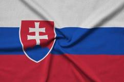 Η σημαία της Σλοβακίας απεικονίζεται σε ένα ύφασμα αθλητικών υφασμάτων με πολλές πτυχές Έμβλημα αθλητικών ομάδων στοκ φωτογραφίες