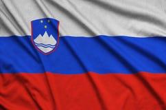 Η σημαία της Σλοβενίας απεικονίζεται σε ένα ύφασμα αθλητικών υφασμάτων με πολλές πτυχές Έμβλημα αθλητικών ομάδων στοκ φωτογραφία με δικαίωμα ελεύθερης χρήσης