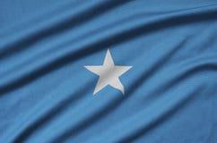Η σημαία της Σομαλίας απεικονίζεται σε ένα ύφασμα αθλητικών υφασμάτων με πολλές πτυχές Έμβλημα αθλητικών ομάδων στοκ φωτογραφίες με δικαίωμα ελεύθερης χρήσης