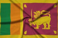 Η σημαία της Σρι Λάνκα απεικονίζεται σε ένα ύφασμα αθλητικών υφασμάτων με πολλές πτυχές Έμβλημα αθλητικών ομάδων στοκ φωτογραφίες με δικαίωμα ελεύθερης χρήσης