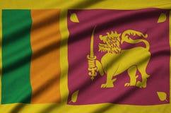 Η σημαία της Σρι Λάνκα απεικονίζεται σε ένα ύφασμα αθλητικών υφασμάτων με πολλές πτυχές Έμβλημα αθλητικών ομάδων στοκ φωτογραφία