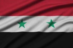 Η σημαία της Συρίας απεικονίζεται σε ένα ύφασμα αθλητικών υφασμάτων με πολλές πτυχές Έμβλημα αθλητικών ομάδων στοκ φωτογραφίες με δικαίωμα ελεύθερης χρήσης