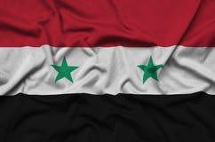 Η σημαία της Συρίας απεικονίζεται σε ένα ύφασμα αθλητικών υφασμάτων με πολλές πτυχές Έμβλημα αθλητικών ομάδων στοκ εικόνα με δικαίωμα ελεύθερης χρήσης