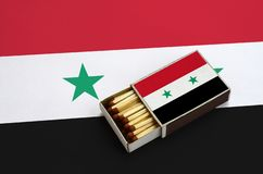 Η σημαία της Συρίας παρουσιάζεται σε ένα ανοικτό σπιρτόκουτο, το οποίο γεμίζουν με τις αντιστοιχίες και βρίσκεται σε μια μεγάλη σ στοκ φωτογραφίες με δικαίωμα ελεύθερης χρήσης
